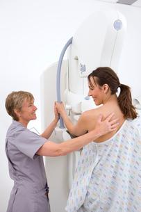 Radiologist helping patient with mammogramの写真素材 [FYI02117099]