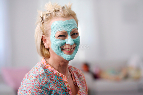 Portrait of senior woman wearing facial maskの写真素材 [FYI02117180]
