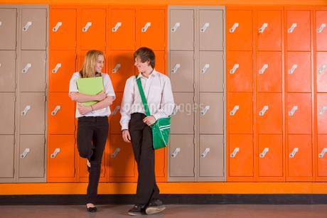 Students leaning on school lockersの写真素材 [FYI02117278]