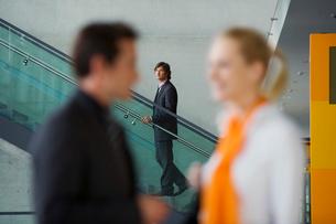 Businessman watching couple talkの写真素材 [FYI02117347]