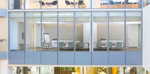 View of conference room from outdoorsの写真素材 [FYI02117386]