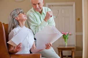 Senior couple discussing paperworkの写真素材 [FYI02117404]