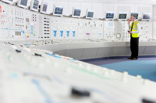 Engineer using walkie-talkie in control room of nuclear power stationの写真素材 [FYI02117423]