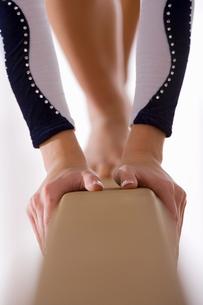 Female gymnast on balance beam, close-up of handsの写真素材 [FYI02117557]