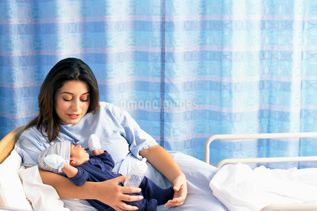 Mother holding baby son in hospital bedの写真素材 [FYI02117639]