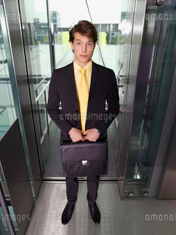 Businessman standing in elevator doorwayの写真素材 [FYI02117676]