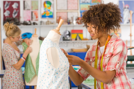 Serious student sewing clothing in home economics classroomの写真素材 [FYI02117688]