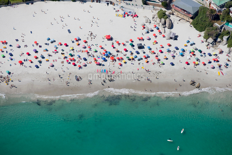 Aerial view of tourists on sunny beach in Cape Town, South Africaの写真素材 [FYI02117721]