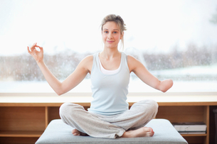 Young woman with amputee arm in yoga poseの写真素材 [FYI02117928]