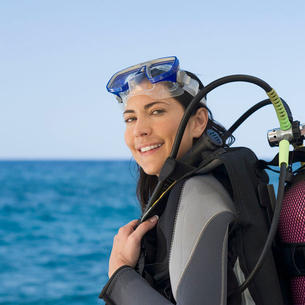 A woman about to go scuba divingの写真素材 [FYI02117969]