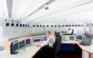 Engineers at computers in control room of nuclear power stationの写真素材 [FYI02117979]