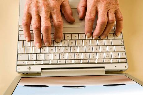 An elderly man using a laptopの写真素材 [FYI02118082]