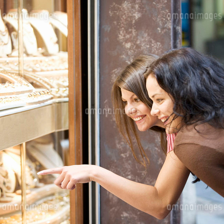 Two young women looking in a shop windowの写真素材 [FYI02118091]