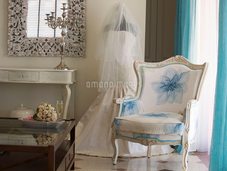A wedding dress in a roomの写真素材 [FYI02118243]