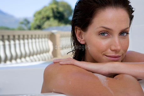 Young woman in bath, smiling, portrait, close-upの写真素材 [FYI02118252]