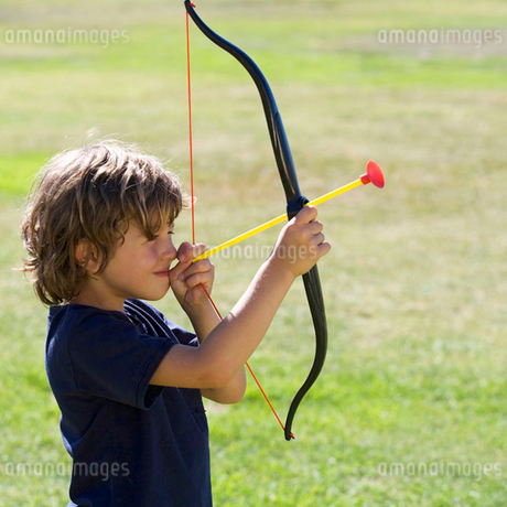 A young boy with a toy bow and arrowの写真素材 [FYI02118336]