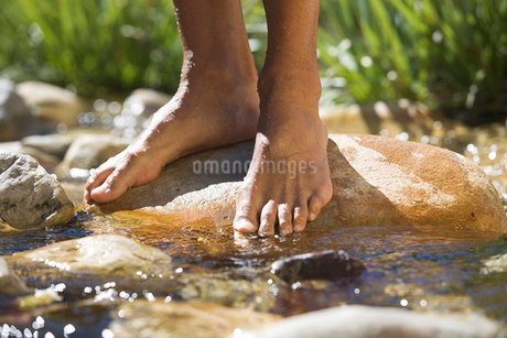 Close-up of feet in a streamの写真素材 [FYI02118395]