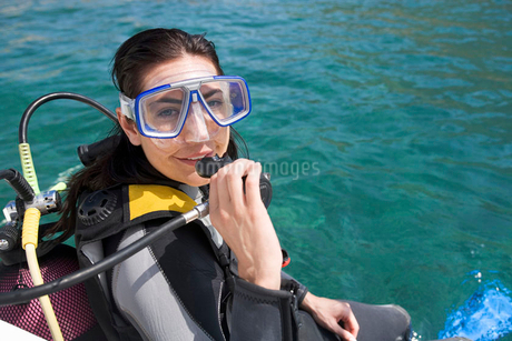A woman about to go scuba divingの写真素材 [FYI02118423]