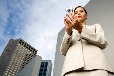 A businesswoman reading a text messageの写真素材 [FYI02118494]