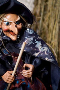 Hallowe'en decorations - puppet witch with wandの写真素材 [FYI02118587]