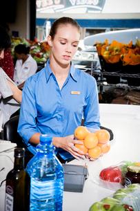 Portrait of a supermarket checkout assistant.の写真素材 [FYI02118652]