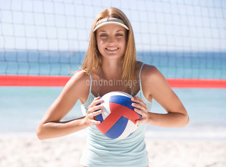 A woman playing beach volleyballの写真素材 [FYI02118663]