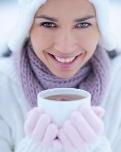 Portrait of young woman holding cup of hot tea on winter dayの写真素材 [FYI02118697]