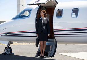A business woman boarding a planeの写真素材 [FYI02118748]
