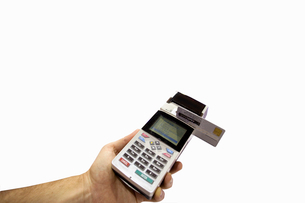 Man with credit card machine, close-up, cut outの写真素材 [FYI02118820]