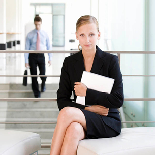 A businesswoman waiting with a laptopの写真素材 [FYI02118822]