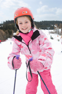 Portrait of young girl skiingの写真素材 [FYI02118834]