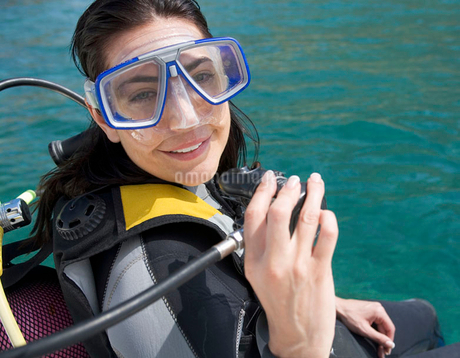 A woman about to go scuba divingの写真素材 [FYI02118854]