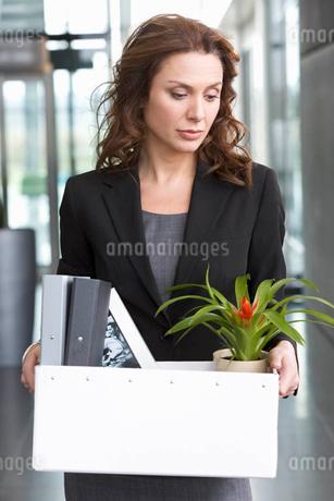 A redundant businesswoman taking her belongings homeの写真素材 [FYI02118882]