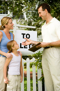 Mother and daughter consulting letting agent about property to letの写真素材 [FYI02118897]