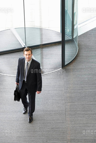 A businessman arriving at workの写真素材 [FYI02118899]