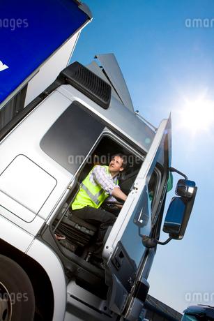 Truck driver closing door of semi-truckの写真素材 [FYI02118906]