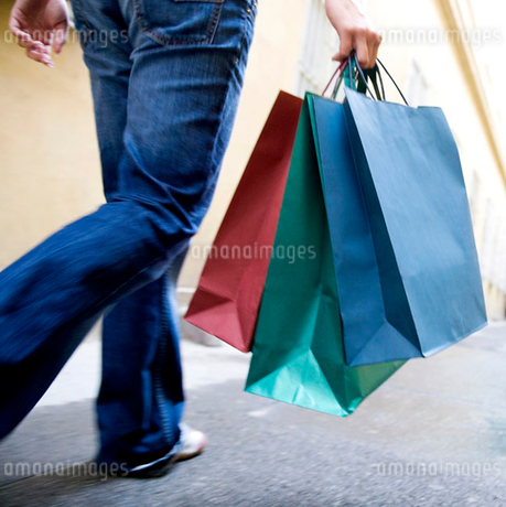 A person carrying shopping bagsの写真素材 [FYI02118914]