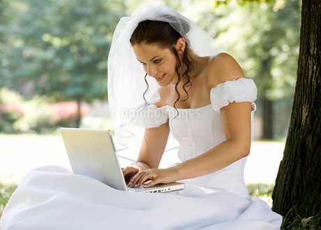 A bride using a laptopの写真素材 [FYI02118915]