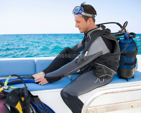 A man about to go scuba divingの写真素材 [FYI02118919]