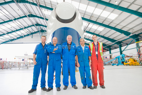 Aircraft Maintenance Team With Plane In Hangarの写真素材 [FYI02118968]