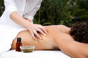 Man receiving a massage, close upの写真素材 [FYI02119077]