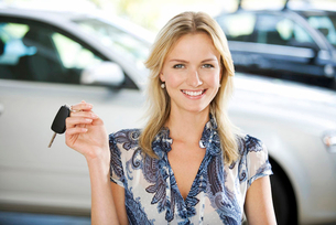 A young women with keys to a new carの写真素材 [FYI02119116]