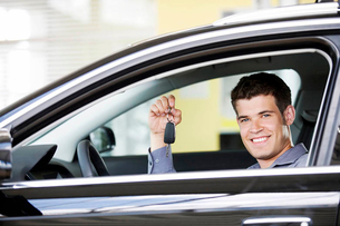 A young man with keys to a new carの写真素材 [FYI02119139]