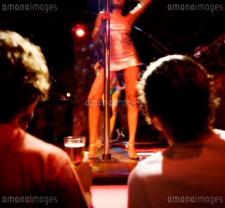 Men watching a pole dancerの写真素材 [FYI02119195]