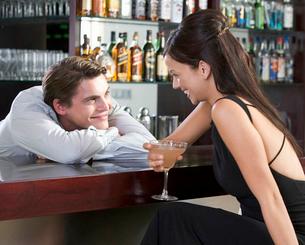 A barman flirting with a customerの写真素材 [FYI02119198]