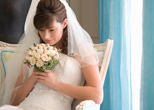 A bride sitting on a chairの写真素材 [FYI02119199]