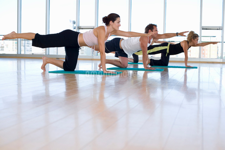People taking exercise class in studio, side viewの写真素材 [FYI02119219]