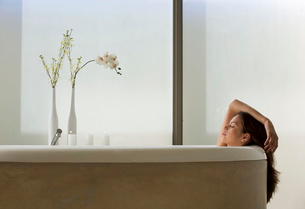 A young woman in the bathの写真素材 [FYI02119239]