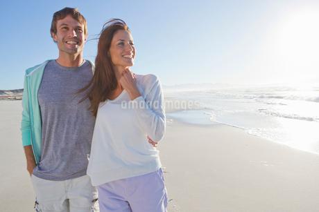 Happy couple on sunny beachの写真素材 [FYI02119242]