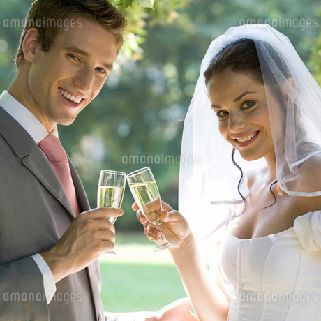 A bride and groom drinking champagneの写真素材 [FYI02119273]